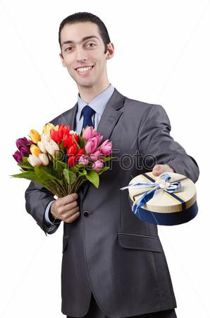 Бизнесмен с букетом тюльпанов и подарком на белом фоне