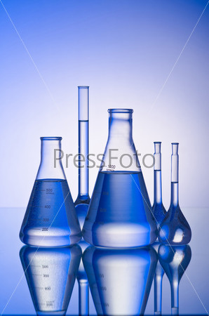 Фотография на тему Лабораторные колбы с жидкостями на голубом градиентном фоне