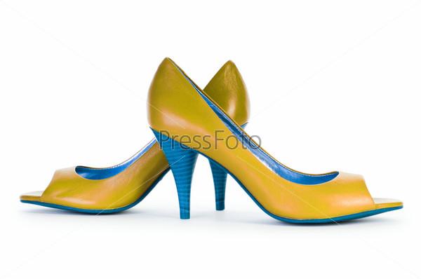 Желто-голубые женские туфли на белом фоне