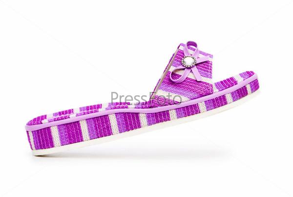 Фиолетовый летний тапок на белом фоне