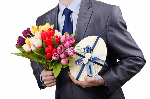 Бизнесмен с подарком и цветами