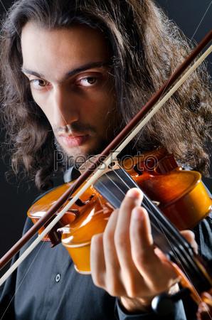 Скрипач играет на скрипке