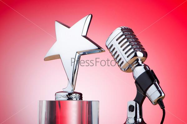 Старинный микрофон на цветном фоне