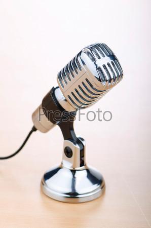Старинный микрофон на столе