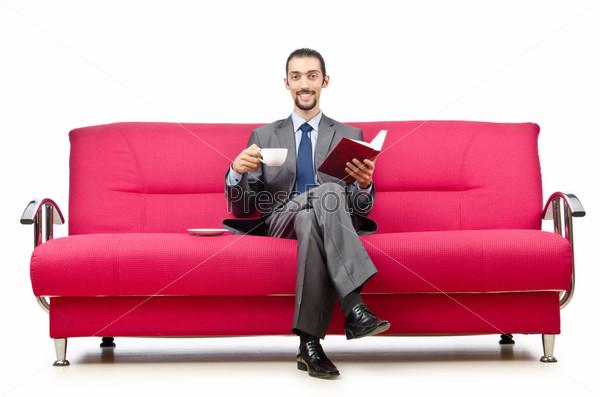 Человек, сидящий в диване