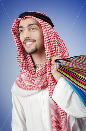 Араб с подарочными пакетами