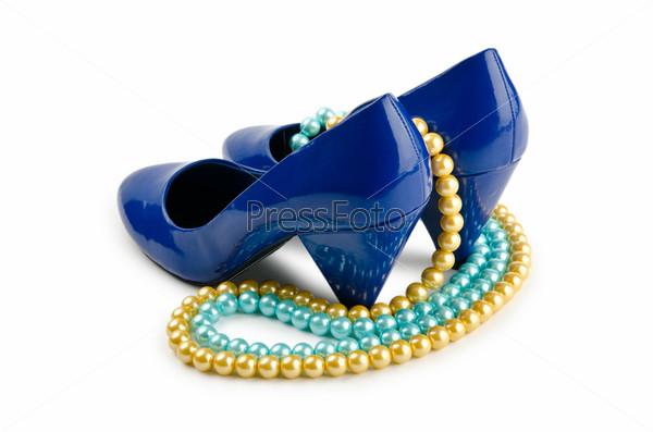 Туфли и бусы, концепция моды