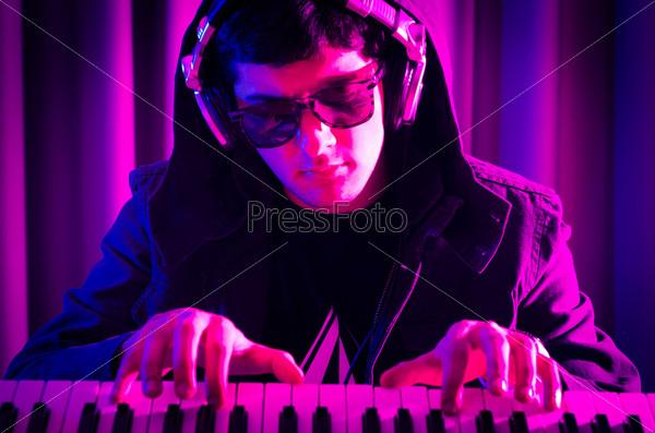 Фотография на тему Ди-джей на дискотеке