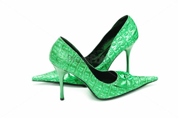 Зеленые женские туфли на белом фоне