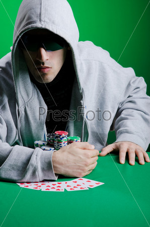 Игрок в покер в казино