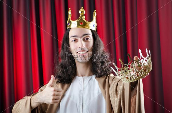 Фотография на тему Король с короной на сцене