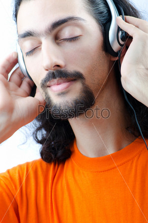 Фотография на тему Студент слушает музыку, изолирован на белом фоне
