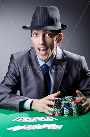 Мужчина с фишками в казино