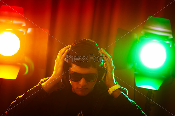 Ди-джей на дискотеке