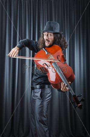 Человек играет на виолончели