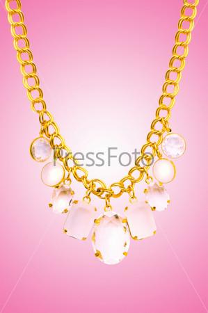 Золотое ювелирное изделие на градиентном фоне