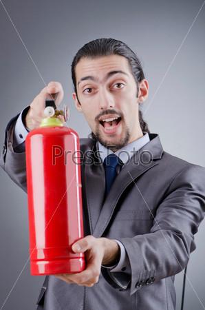 Мужчина с огнетушителем