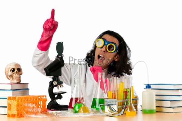 Студент, работающий в химической лаборатории
