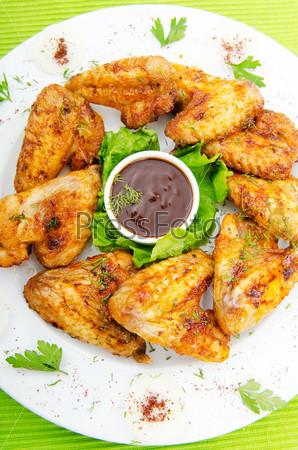 Куриные крылышки на тарелке