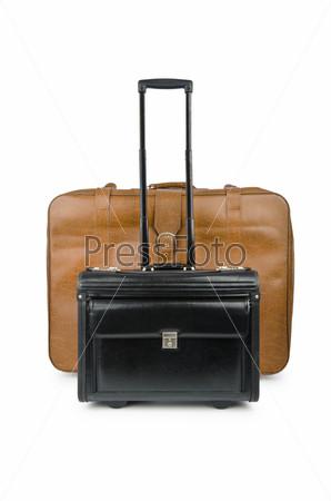 Концепция путешествия с чемоданами на белом фоне