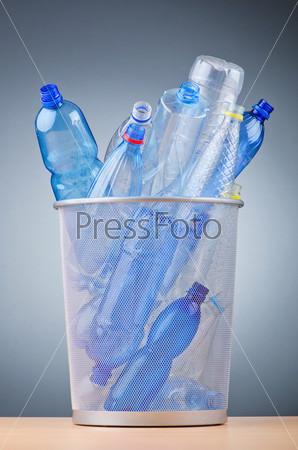 Пластиковые бутылки в урне. Концепция переработки