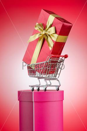 Подарок в магазинной тележке