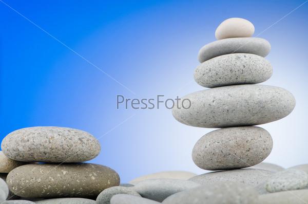 Сбалансированная стопка гальки на цветном фоне
