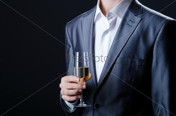 Мужчина дегустирует вино