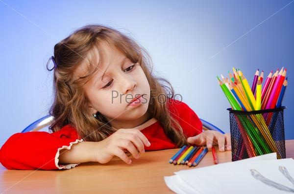 Фотография на тему Маленькая девочка рисует карандашами