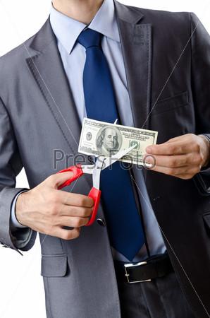 Мужчина режет деньги, на белом фоне