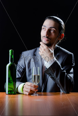 Человек дегустирует вино в бокале