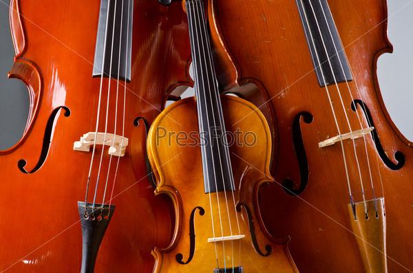 Фотография на тему Музыкальные инструменты на сером фоне