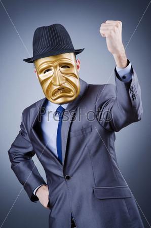Предприниматель с маске скрывает свою личность