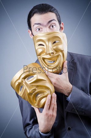 Человек с масками