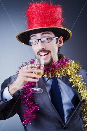 Фотография на тему Человек в деловом костюме встречает Новый год