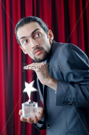 Бизнесмен с наградой в форме звезды