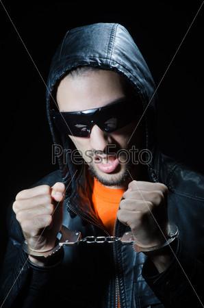 Молодой хулиган в наручниках