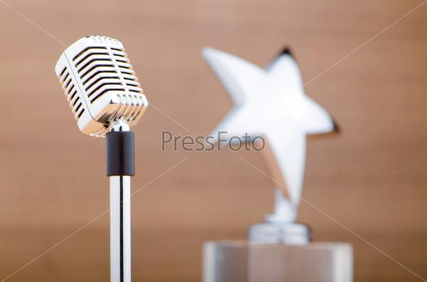 Старинный микрофон на деревянном фоне