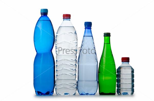 Питьевая вода в бутылках на белом фоне