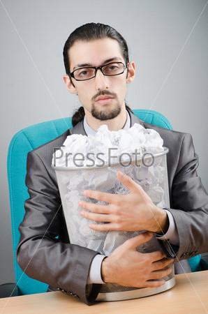 Мужчина с корзиной бумаги