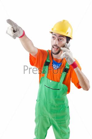 Рабочий говорит по телефону