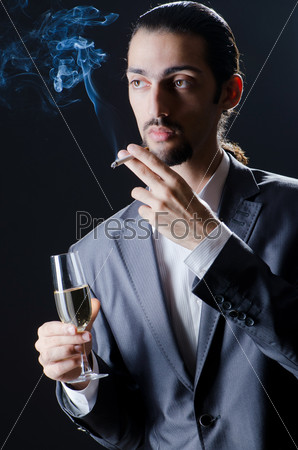 Молодой человек с бокалом вина
