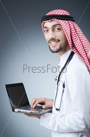 Молодой араб, работающий на ноутбуке
