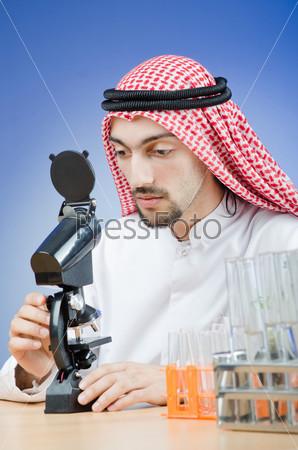 Фотография на тему Молодой араб-химик, работающий в лаборатории