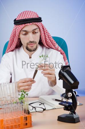 Молодой араб-химик, работающий в лаборатории