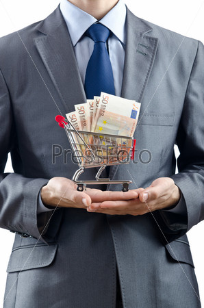 Корзина денег в руках у бизнесмена