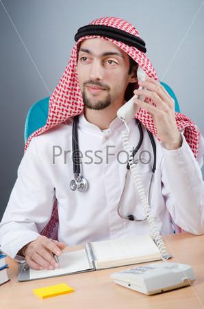 Фотография на тему Молодой араб-врач, работающий в больнице