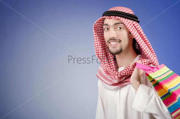 Араб с подарочным пакетом