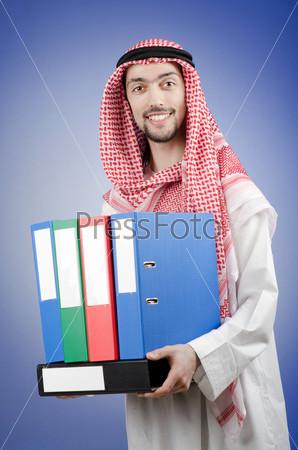 Молодой араб с папками