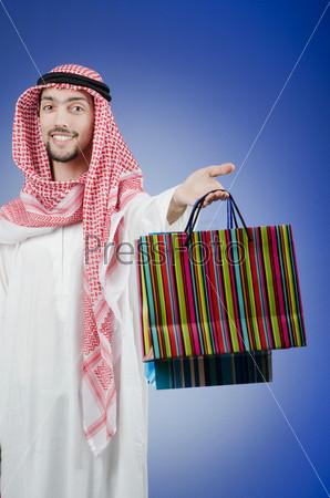 Фотография на тему Араб с подарочными пакетами